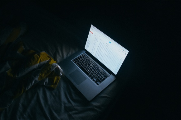laptop-in-the-dark